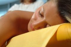 Frau entspannt in Bauchlage auf der Massagebank
