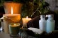 Stimmungsbild mit drei Kerzen und Flaschen mit Massageöl