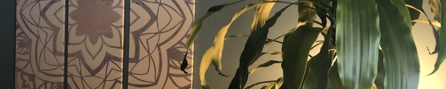 Massageraum mit Pflanze und Wandbild Mandala
